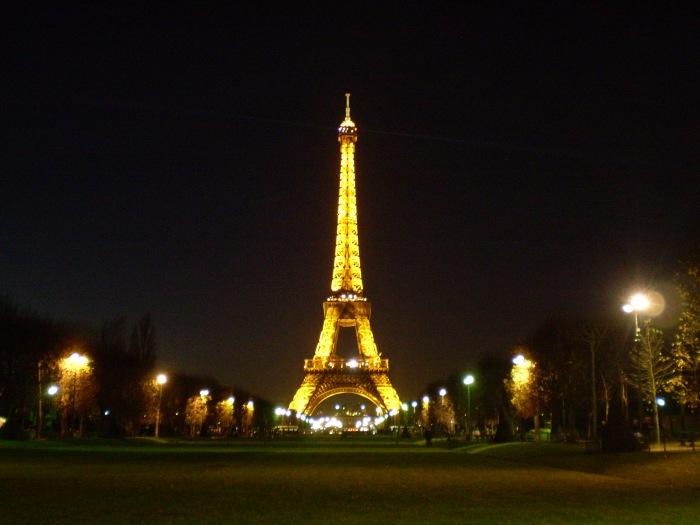 Torre Eiffel iluminada de noche