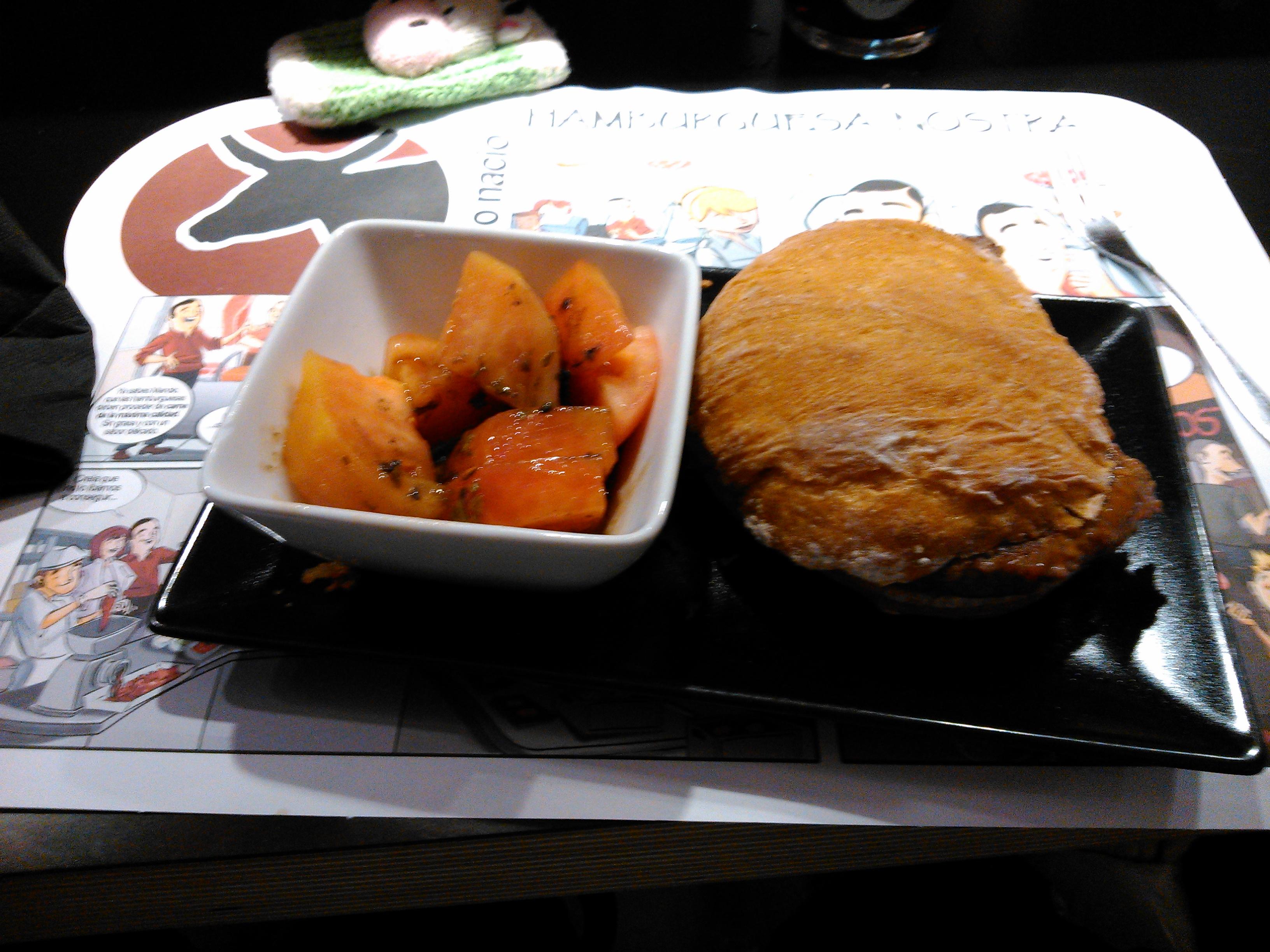 Hamburguesa Solidaria y Tomate aliñado